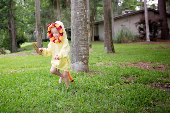 Disney Mom Blogger Lion Costume Easy DIY Halloween Lion King Costume No Sew Costume How to make a Disney Costume